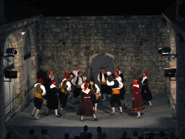 LINĐO (LINDJO)  LINĐO IS THE MOST POPULAR DANCE OF DUBROVNIK AND THE DUBROVNIK REGION. IT IS DANCED TO THE ACCOMPANIMENT OF LIJERICA (AN OLD SOUTHERN DALMATIAN INSTRUMENT WITH THREE STRINGS), WHICH CAME FROM THE EASTERN MEDITERRANEAN IN LATE 18TH CENTURY AND SPREAD ON THE ADRIATIC COAST IN THE 19TH CENTURY.