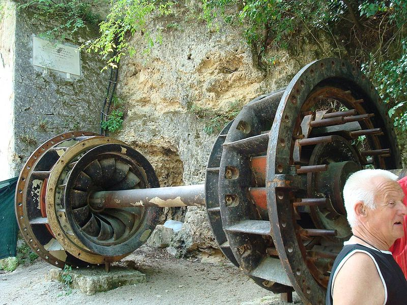 THE OLDEST JARUGA POWER PLANT WAS THE FIRST ALTERNATING CURRENT (AC) POWER SYSTEM IN CROATIA, THE FIRST COMMERCIAL HYDRO POWER PLANT IN EUROPE, AND SECOND IN THE WORLD. IT WAS SET IN OPERATION ON 28 AUGUST 1895 AT 20:00, THREE DAYS AFTER THE ADAMS POWER PLANT ON THE NIAGARA FALLS.[2][3][4] IT WAS DESIGNED TO POWER THE STREET LIGHTS IN ŠIBENIK, MAKING IT THE THIRD CITY IN THE WORLD WITH STREET LIGHTS POWERED BY A POLYPHASE SYSTEM OF ALTERNATING CURRENT (AC).