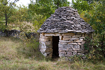 KAŽUN TRADITIONAL STONE-BUILT FIELD HUTS, KAŽUNI ARE FOUND IN ISTRIA, AND WERE ONCE USED AS A STOREHOUSE FOR TOOLS, TO PROVIDE SHELTER IN BAD WEATHER OR FOR A REST WHEN WORKING IN THE FIELDS PLANTING OR HARVESTING. ITS MINIATURE MODEL MAKES A CHARMING SOUVENIR.
