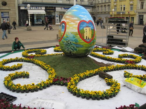 GIANT EASTER EGG  EASTER EGG IN ZAGREB'S MAIN SQUARE THIS EASTER EGG IN ZAGREB'S MAIN BAN JELAČIĆ SQUARE SHOWS SIGHTS OF ZAGREB SURROUNDED BY RED HEARTS, WHICH ARE A SYMBOL OF THE CITY.